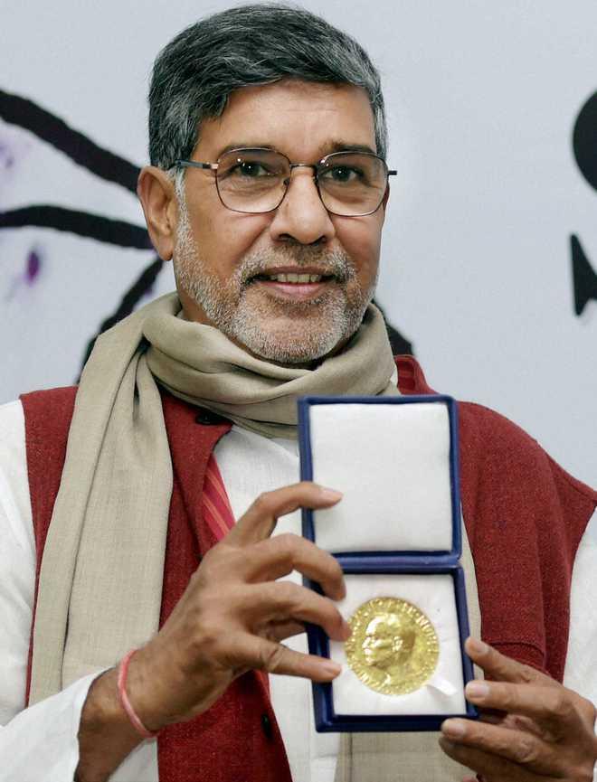 New Delhi: Nobel Peace Prize winner Kailash Satyarthi posing with his award at a press conference in New Delhi on Sunday. PTI Photo by Manvender Vashist(PTI12_14_2014_000060A)